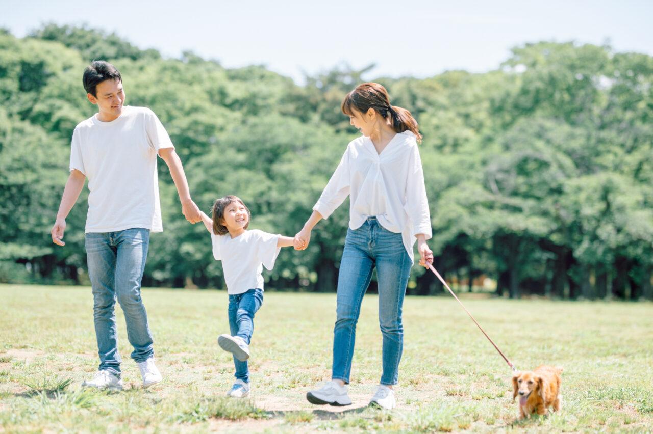 犬と家族のイメージ